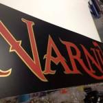 Forex nero con montaggio adesivi oro e rosso libreria Narnia Piombino (LI)